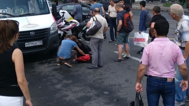 Девушка на мотоцикле влетела в маршрутку у «Академической»