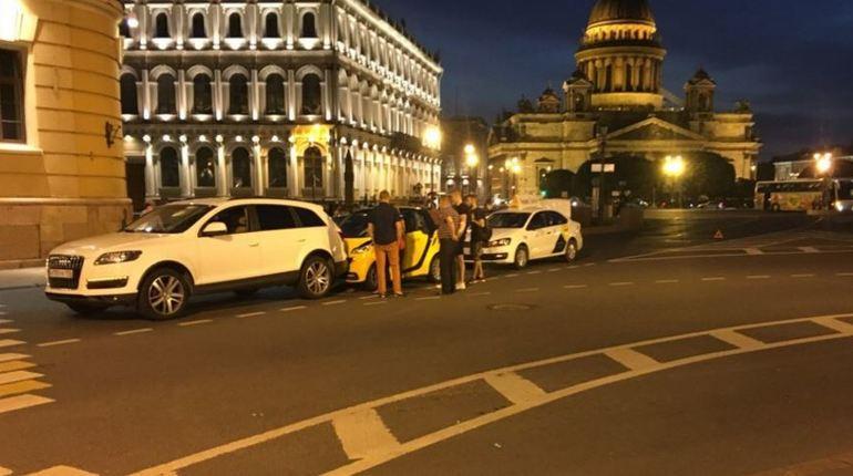 На Вознесенском желтый «Смарт» зажали белые участники ДТП
