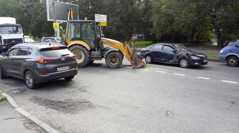 На Кондратьевском встало движение из-за ДТП с трактором