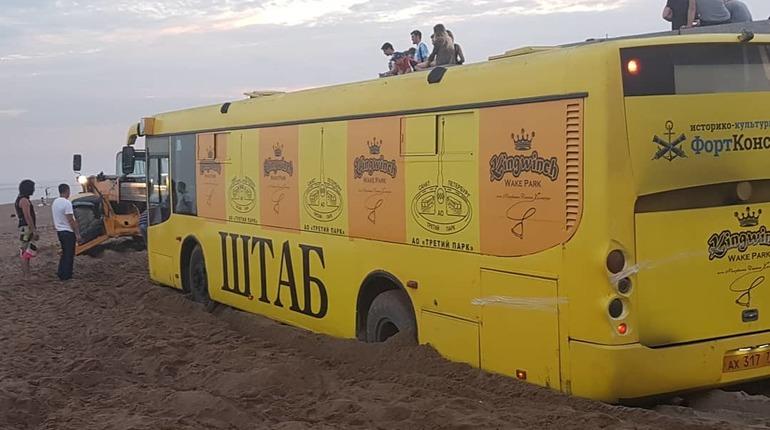 Автобус увяз в песке на пляже в парке 300-летия