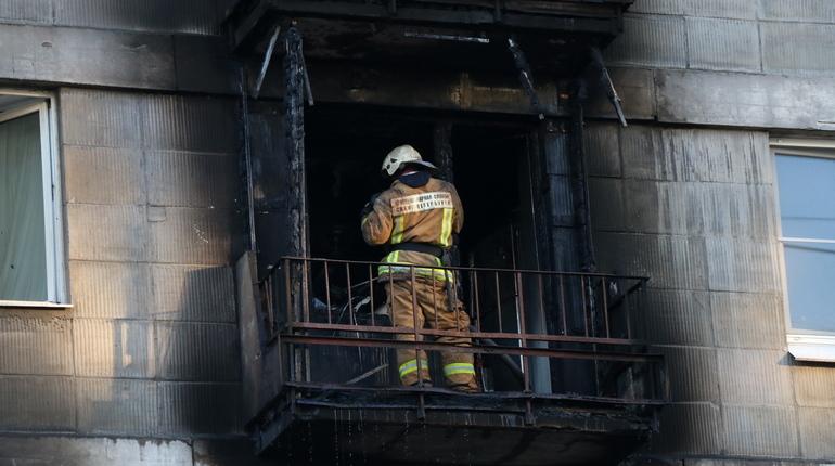 Из горящей квартиры на проспекте Славы спасли человека