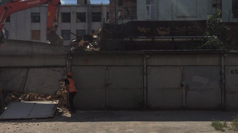 При сносе дома на Васильевском острове случайно разрушили гаражи
