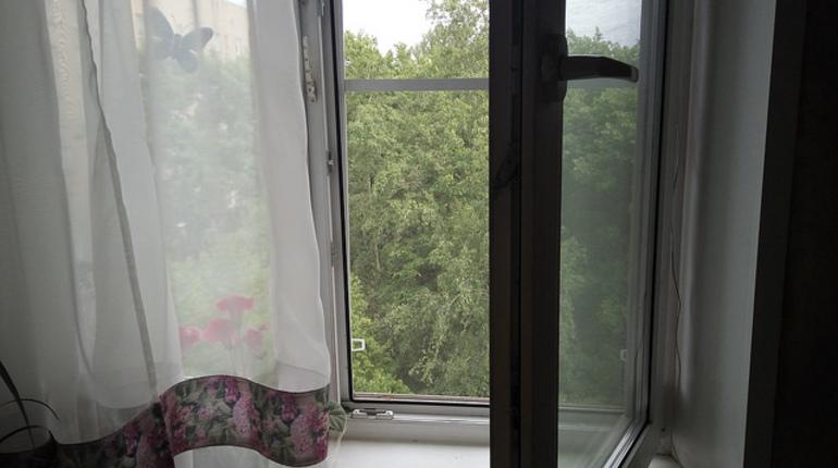 Мальчик остался жив при падении с пятого этажа на улице Пархоменко