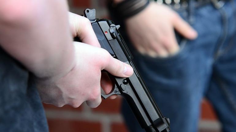Мужчина устроил стрельбу по соседу в центре Петербурга