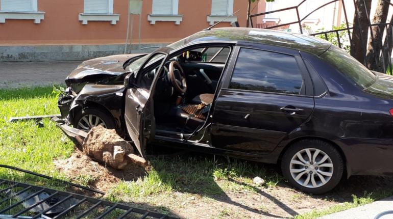 В Песочном автомобилист снес два забора и добрался до газона у школы