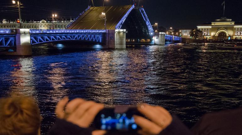 Сегодня четыре петербургских моста сведут позднее обычного