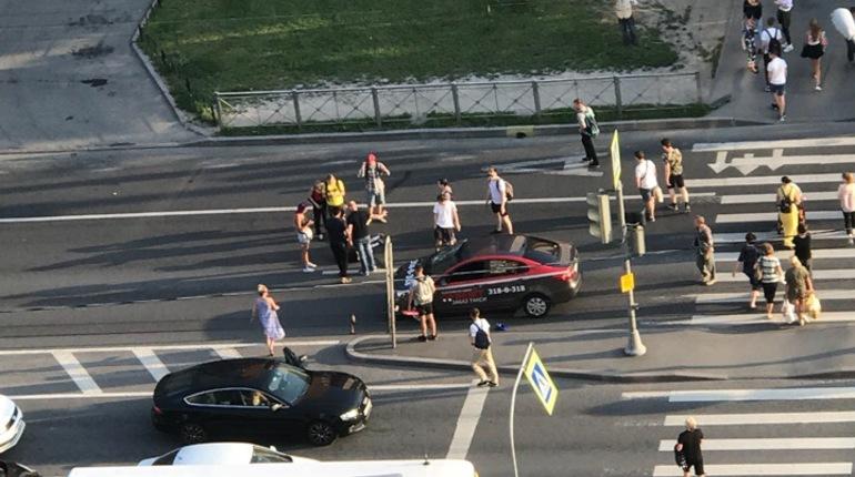 Таксист сбил пешехода на Ленинском проспекте, сообщают очевидцы в группе