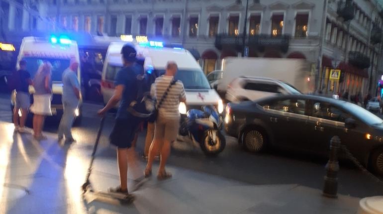 Пешеход чудом остался жив после наезда мотоциклиста на Невском