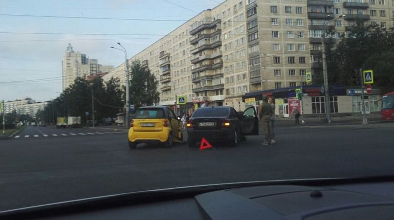 Пустую дорогу в Петербурге не поделили «YouDrive» и «Volvo»