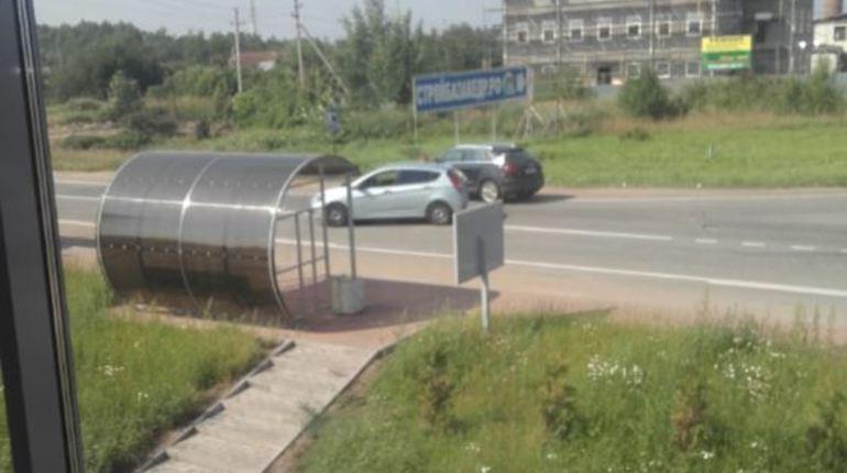 В социальной сети обсуждают дорожно-транспортное происшествие, случившееся на пустой дороге в деревне Пеники. Теперь две дамы решают, что делать и кто виноват.