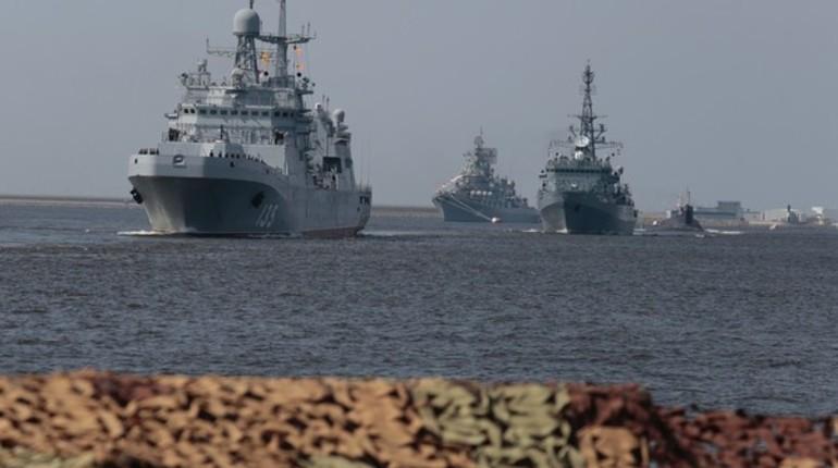 Путин с катера поприветствовал моряков в Кронштадте