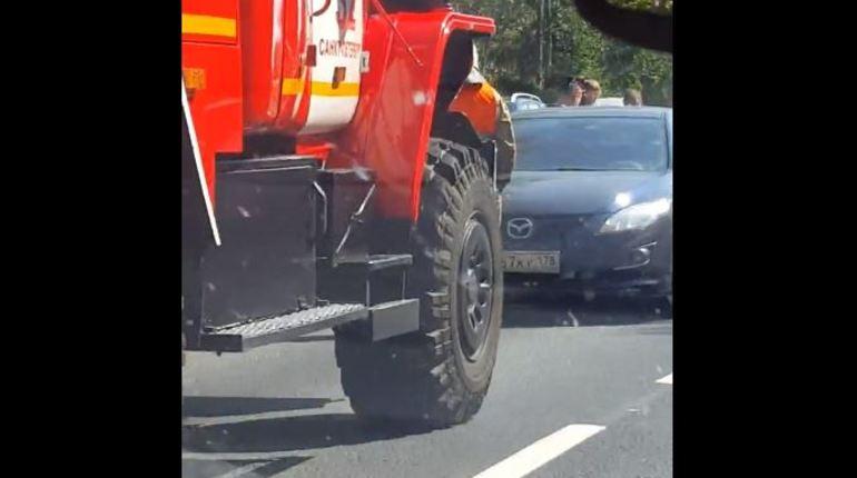 ДТП на Зеленогорском шоссе «строит» длинные автомобильные очереди
