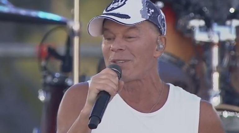 Газманов начал свой мини-концерт на Дворцовой