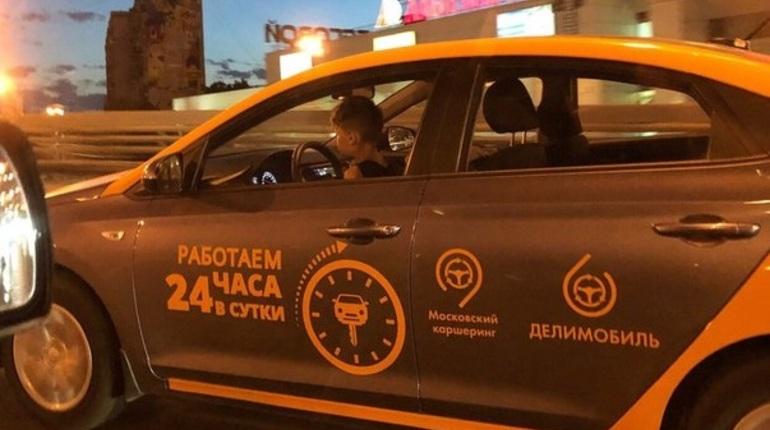 За рулем делимобиля в Петербурге заметили ребенка