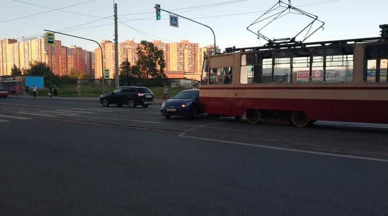 Ночью в сети обсуждают автоледи, двинувшуюся прямо под трамвай