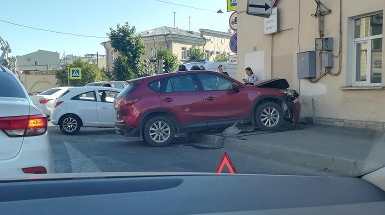 На улице Степана Разина Mazda после ДТП влетела в дом