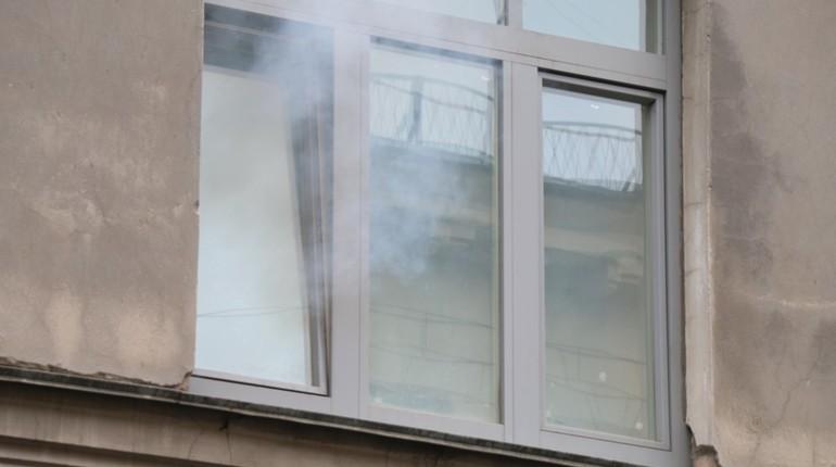 В Красносельском районе 8 пожарных тушили балкон