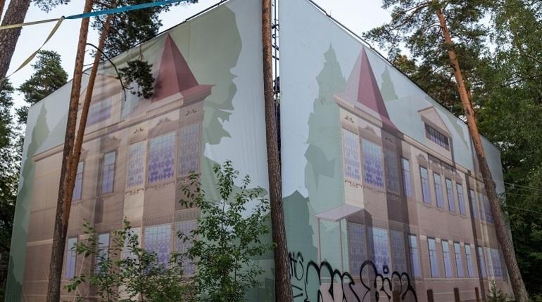 Потемкинские фасады: что Петербург и Выборг прячут за баннерами к наплыву гостей
