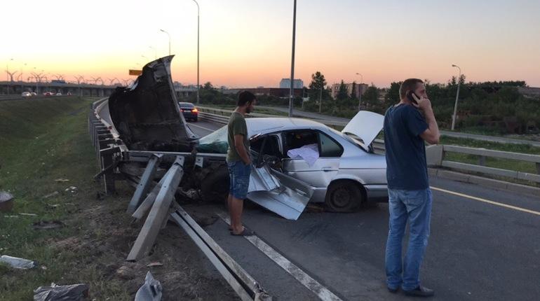 Водитель BMW разбился об отбойник на КАД