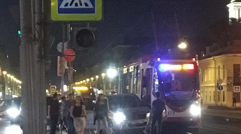 В Центральном районе Санкт-Петербурга из-за дорожно-транспортного происшествия на одной из улиц встало движение общественного транспорта. Об этом сообщают свидетели инцидента в социальной сети