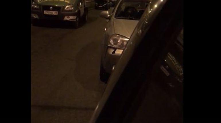 В соцсети активно обсуждают вчерашнее дорожно-транспортное происшествие, произошедшее в Выборгском районе Северной столицы. Автор поста утверждает, что неадекватная автоледи «покалечила» его машину и вела себя неадекватно после аварии.