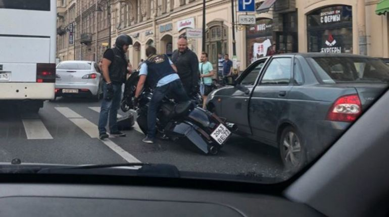 Сегодня вечером на Литейном проспекте в Петербурге началась настоящая драка после аварии между мотоциклистом и водителем «Лады».