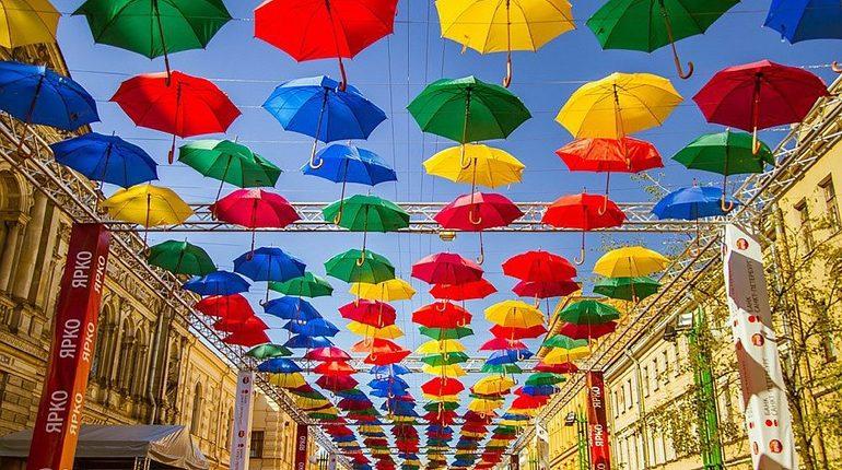 В Петербурге снова открылась аллея парящих зонтиков