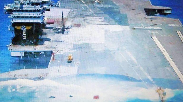 В Twitter появилось фото тонущего авианосца ВМС США America. Корабль ушел под воду после серии испытаний противокорабельного оружия. Почти месяц судно выдерживало взрывы, которые имитировали попадания в него ракет.