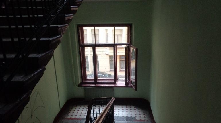 Блогер Илья Варламов разразился очередным постом о петербургских дверях. Повод - участившиеся в последнее время случаи замены исторических дверей на безликие металлические. Варламов предложил спасать двери за счет своего фонда, а