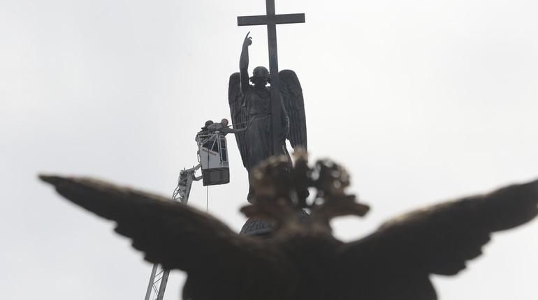 Ангел на Александровской колонне в Петербурге принял душ. С мылом его 7 августа почистили вице-губернатор Константин Серов и глава КГИОП Сергей Макаров.