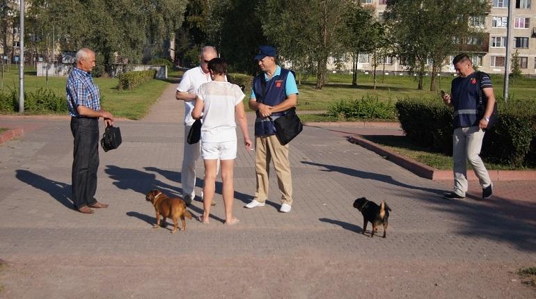 Владельцам собак в Петербурге придется натянуть поводки и вспомнить, где лежит намордник их питомца - в городе усилили контроль за выгулом псов. Хозяева, нарушавшие правила, получили первые штрафы. Фраза