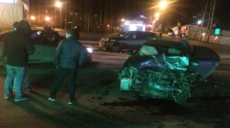 «Пьяную» иномарку сплющило после ДТП в Новом Девяткино
