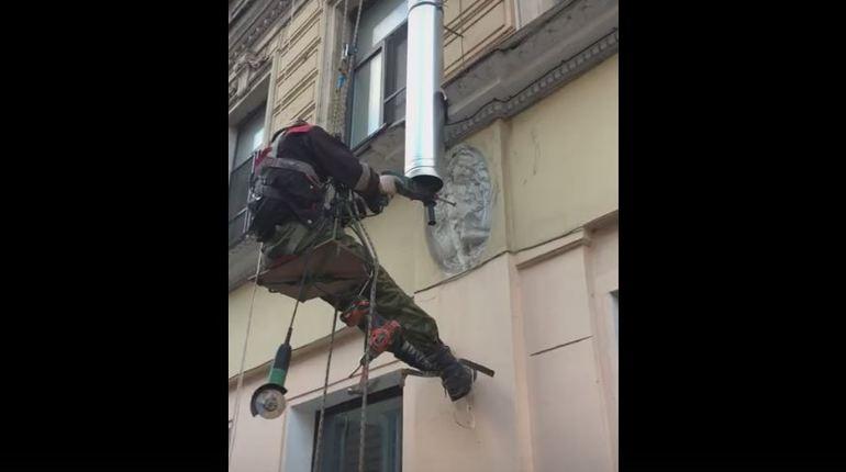 На «Петроградке» рабочие просверлили дыру в ангеле ради водостока