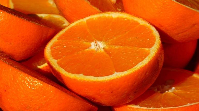 В морском порту Петербурга остановили растаможивание крупной партии апельсинов из Зимбабве. Товар прибыл в город с недействительным фитосанитарным сертификатом.