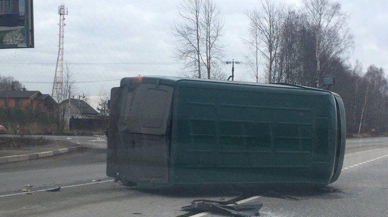 На трассе за Сертолово произошла авария с «Вестой» и микроавтобусом