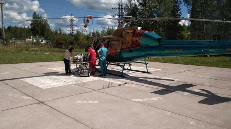 Вертолет санитарной авиации доставил в Петербург из Луги мужчину с тяжелыми черепно-мозговыми травмами и переломом плеча.
