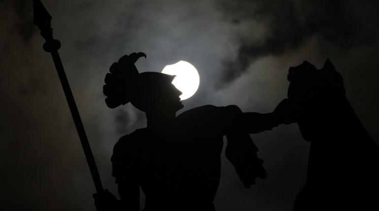 Жители Петербурга все-таки смогли увидеть частичное солнечное затмение, несмотря на предупреждения о грозе. Луна закрыла небольшую часть диска светила.