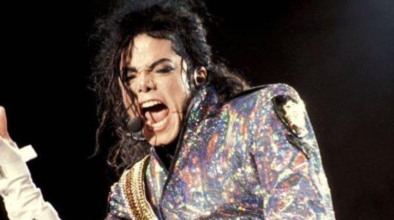 Американский певец Майкл Джексон оказался на первой строчке рейтинга интернет-сервиса потокового аудио Spotify. Знаменитые песни артиста прослушали более тридцати миллионов раз.