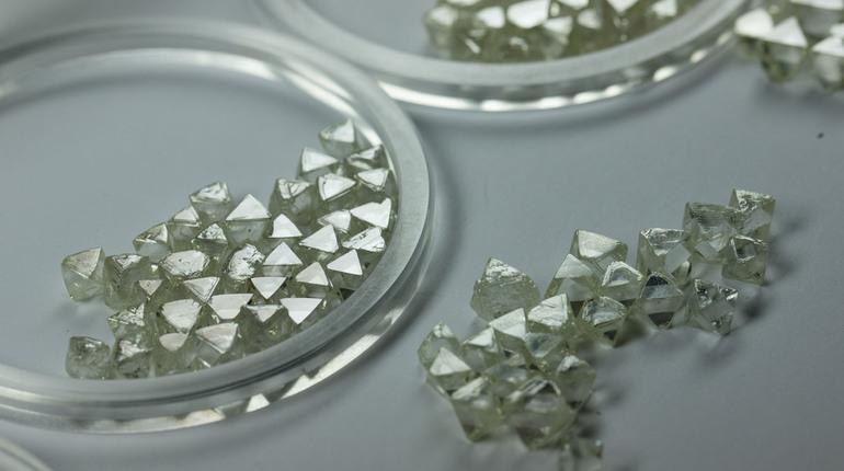 «Алроса» впервые продала алмазы за рубли