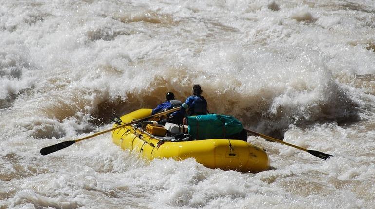 Вертолет эвакуировал трех туристов из Петербурга, застрявших в Магаданской области. Любители рафтинга остались без еды и лекарств после того, как их лодку унесло течением.