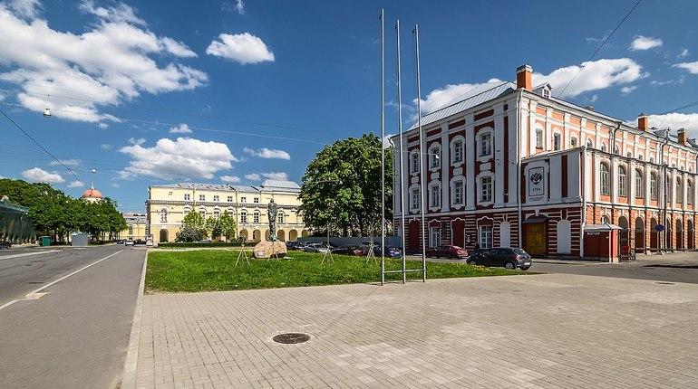В Петербурге площадь Академика Сахарова и некоторые улицы на Васильевском острове перекроют ради студентов. Ограничения будут введены на целый день 31 августа.