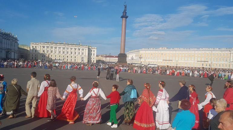 Сотни человек пришли на Дворцовую площадь 15 августа, чтобы присоединиться к
