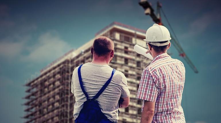 Строительный комплекс Петербурга попал между молотом и наковальней. Давление силовиков сейчас и последствия закона об отмене ДДУ в перспективе обещают городу строительный рынок с низкой конкуренцией, высокими ценами и неудовлетворительным качеством жилья.