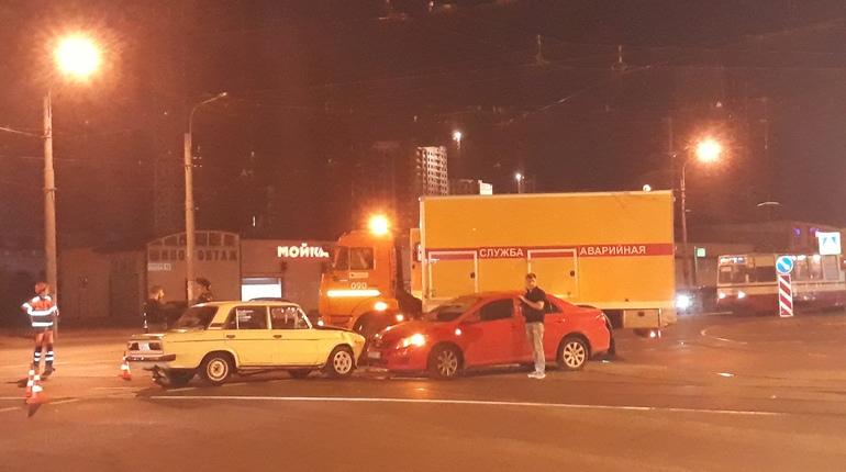 Водители устроили тупик для трамваев на перекрестке в Петербурге