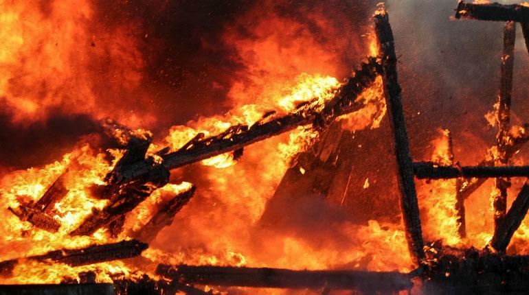 Во Всеволожском районе Ленобласти ночью загорелся частный дом на площади 100 квадратных метров.