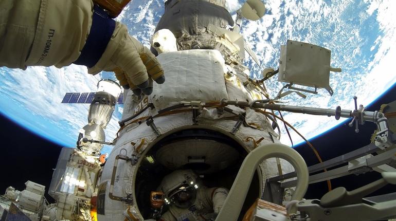Российские космонавты Олег Артемьев и Сергей Прокопьев завершили работу в открытом космосе и вернулись на Международную космическую станцию ночью 16 августа.