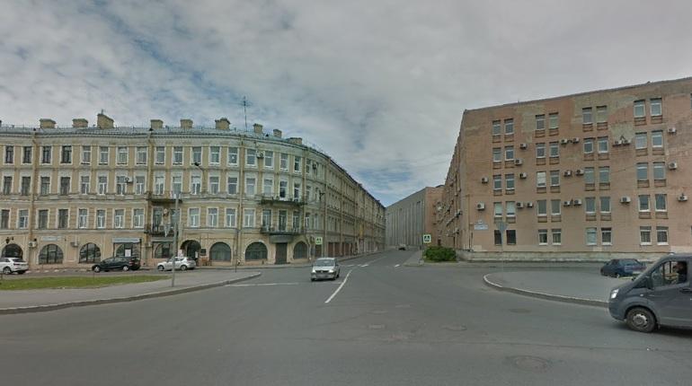 На углу Свердловской набережной и улицы Ватутина сотрудники