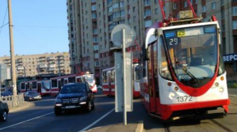 Солнечное утро началось с аварии в Московском районе Санкт-Петербурга. Два автомобиля столкнулись на перекрестке Дунайского проспекта и улицы Ленсовета, перекрыв трамвайные пути.