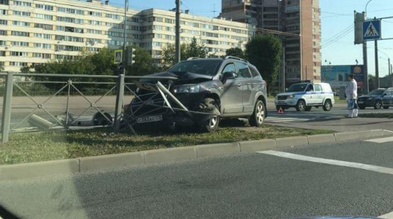 Сегодня в Петербурге произошла еще одна авария. Автор поста предположил, что водитель пытался объехать пешехода, поэтому прилетел прямо в забор.