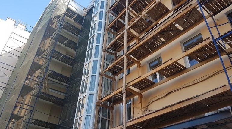 В центральной части Санкт-Петербурга в пятницу, 17 августа, фонд капитального ремонта  провел проверку безопасности работ на строительных объектах. На одной из строек обнаружили опасную ситуацию со строительными лесами, которая крайне похожа на инцидент, который произошел на Гражданской улице.